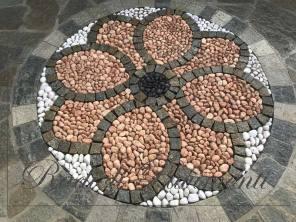 pavimento in mosaico di ciottoli e cubetti