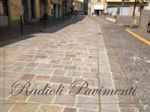 strada in pietra , piastrelle di porfido a correre