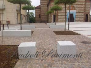 pavimento in cubetti di porfido e arredo urbano in granito