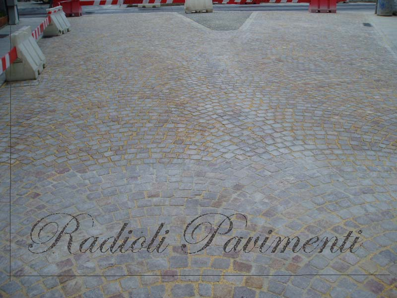 pavimenti in pietra : cubetti di porfido posati ad arco
