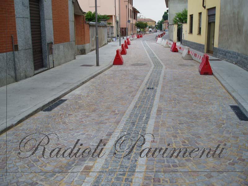 strada in cubetti di porfido del Trentino