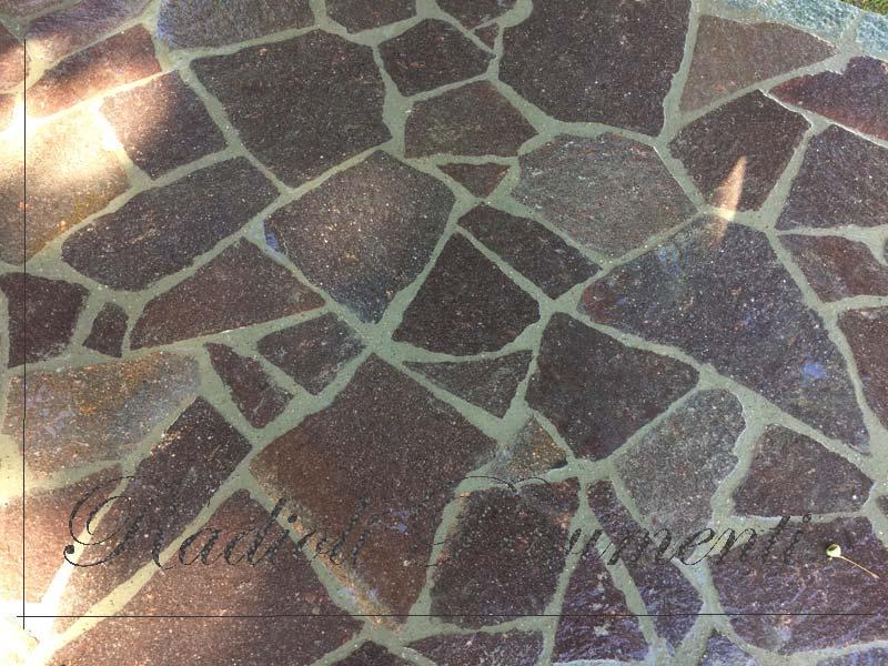 pavimento in lastre di pietra porfido del Trentino