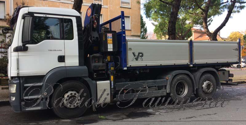 camion gru trasporto forniture e smaltimenti