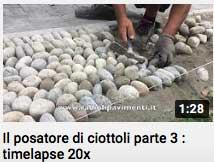 video - posa di sassi di fiume il posatore